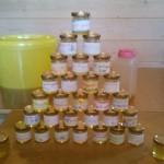 Alle leerlingen kregen zelf geslingerde honing met eigengemaakte etiketjes